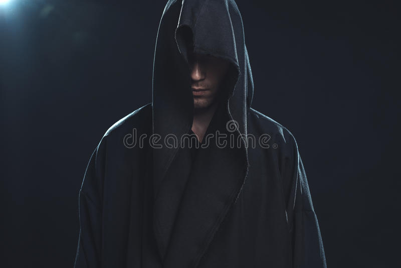 Πορτρέτο του ατόμου σε μια μαύρη τήβεννο στοκ φωτογραφίες
