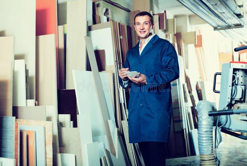 Πορτρέτο του ατόμου στον ομοιόμορφο σφιχτό ξύλινο φραγμό επιλογής στην εικόνα στοκ εικόνες