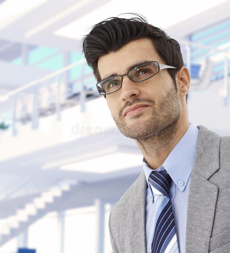 Πορτρέτο του αφιερωμένου νέου επιχειρηματία στοκ φωτογραφία