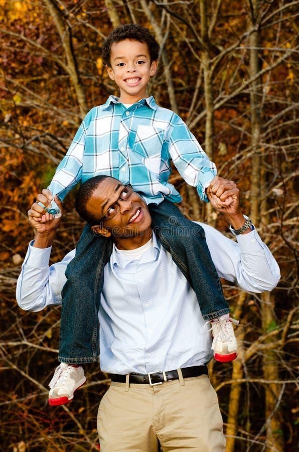 Πορτρέτο του αφρικανικός-αμερικανικών πατέρα και του γιου στοκ φωτογραφία