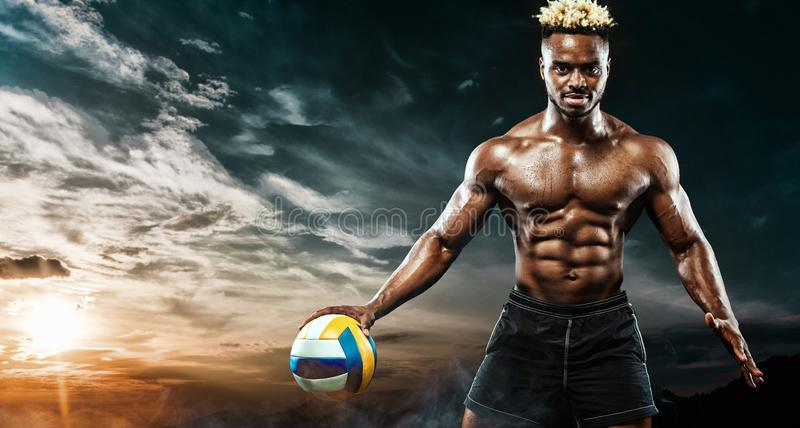 Πορτρέτο του αφροαμερικανού αθλητικού τύπου, φορέας πετοσφαίρισης παραλιών με μια σφαίρα πέρα από το υπόβαθρο ουρανού Κατάλληλος  στοκ φωτογραφίες με δικαίωμα ελεύθερης χρήσης