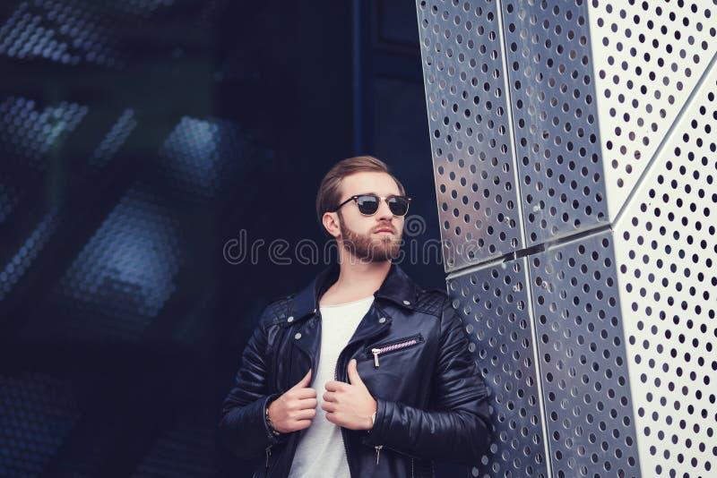 Πορτρέτο του βάναυσου νεαρού άνδρα που φορά το μαύρο σακάκι στοκ εικόνα με δικαίωμα ελεύθερης χρήσης