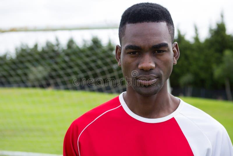 Πορτρέτο του βέβαιου αρσενικού ποδοσφαιριστή serioud στοκ φωτογραφία με δικαίωμα ελεύθερης χρήσης
