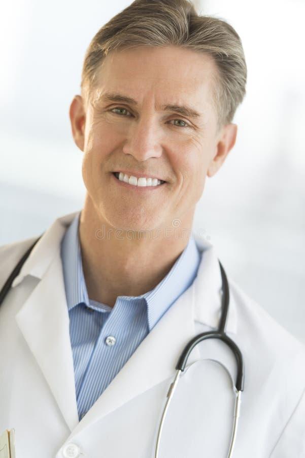 Πορτρέτο του βέβαιου αρσενικού χαμόγελου γιατρών στοκ φωτογραφία
