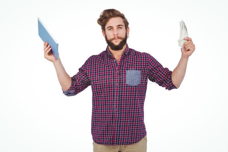 Πορτρέτο του βέβαιου ατόμου που κρατά την ψηφιακά ταμπλέτα και τα χρήματα στοκ φωτογραφία με δικαίωμα ελεύθερης χρήσης