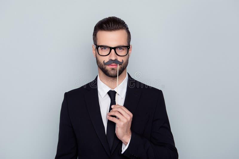 Πορτρέτο του βέβαιου ελκυστικού όμορφου ανώτερου υπαλλήλου που συγκεντρώνεται στοκ φωτογραφία με δικαίωμα ελεύθερης χρήσης