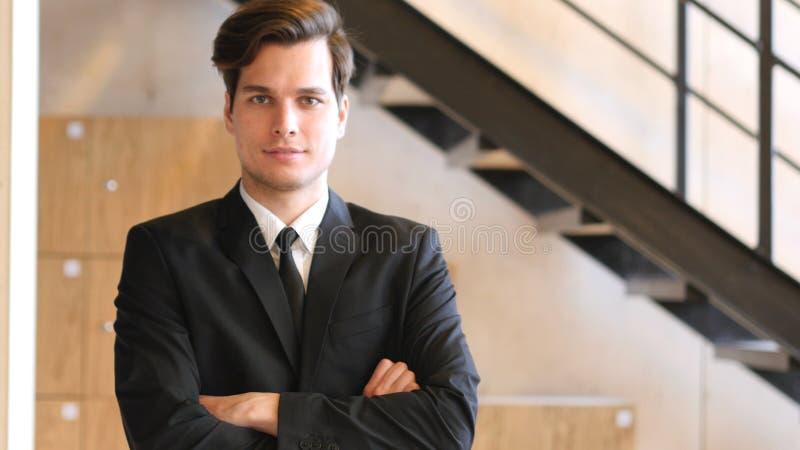 Πορτρέτο του βέβαιου επιχειρηματία στο κοστούμι στοκ εικόνες