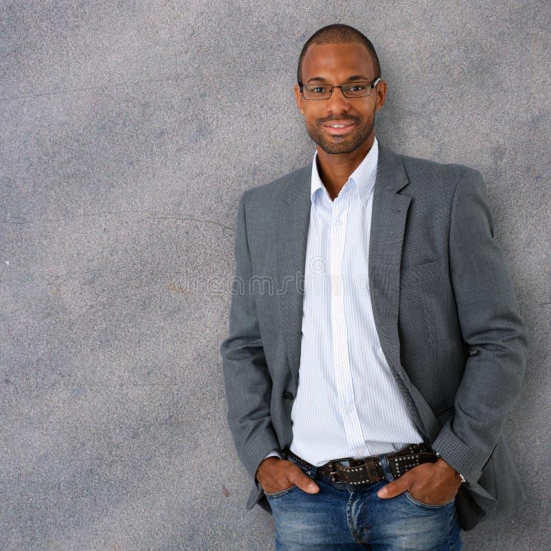 Πορτρέτο του βέβαιου και καθιερώνοντος τη μόδα μαύρου επιχειρηματία στοκ εικόνες με δικαίωμα ελεύθερης χρήσης