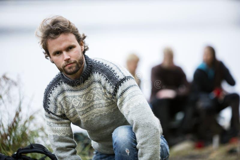 Πορτρέτο του βέβαιου νεαρού άνδρα στη θέση για κατασκήνωση στοκ φωτογραφίες