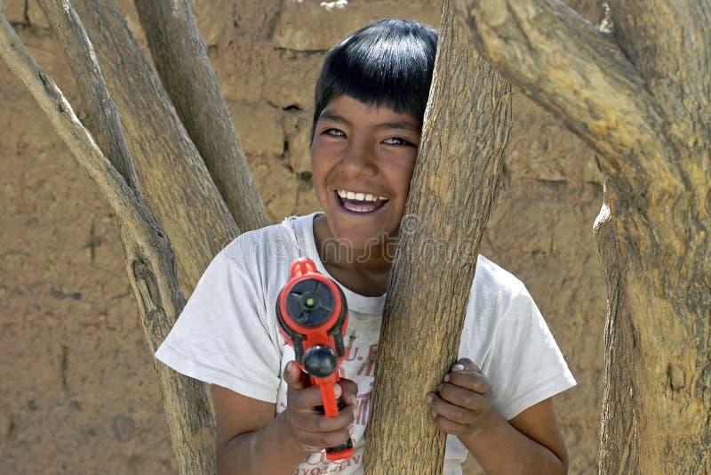 Πορτρέτο του βολιβιανού παιχνιδιού αγοριών με το πιστόλι νερού στοκ εικόνα με δικαίωμα ελεύθερης χρήσης