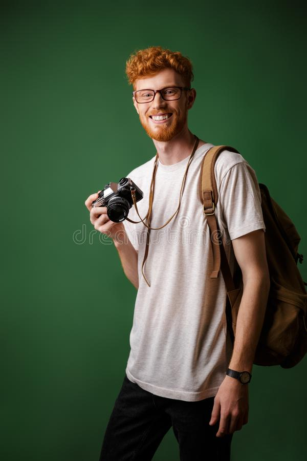 Πορτρέτο του γενειοφόρου hipster χαμόγελου readhead με την αναδρομική κάμερα α στοκ εικόνα