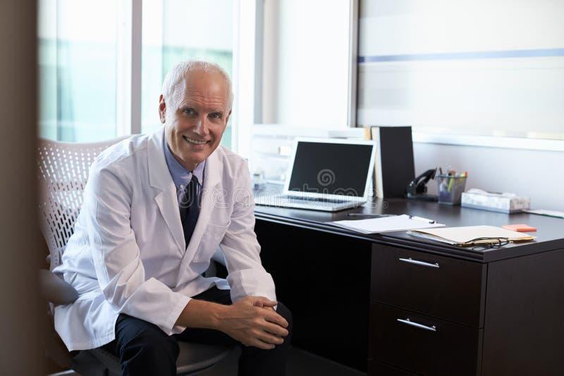 Πορτρέτο του γιατρού που φορά το άσπρο παλτό στην αρχή στοκ φωτογραφία με δικαίωμα ελεύθερης χρήσης