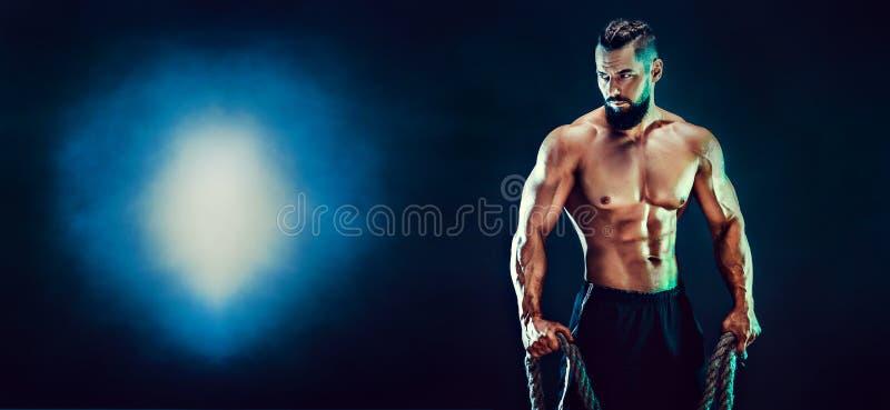 Πορτρέτο του γυμνοστήθου bodybuilder Μυϊκή τοποθέτηση ατόμων στο στούντιο στοκ φωτογραφίες