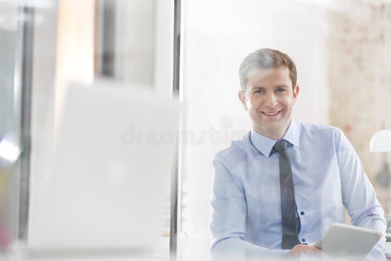Πορτρέτο του δημιουργικού χαμόγελου επιχειρηματιών στην αρχή στοκ εικόνες