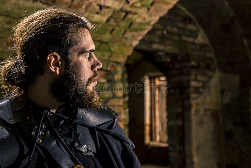 Πορτρέτο του δολοφόνου με τη μακρυμάλλη και τεράστια στενή επάνω στάση γενειάδων στο φρούριο στοκ φωτογραφία με δικαίωμα ελεύθερης χρήσης
