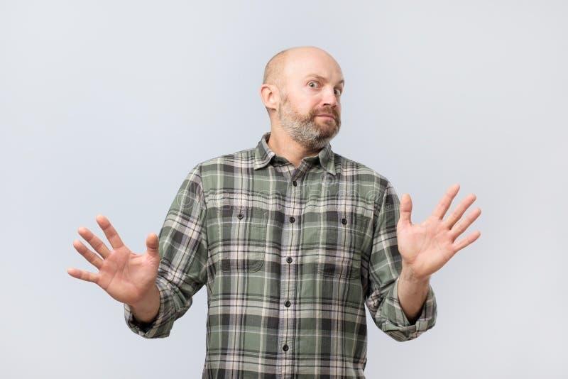 Πορτρέτο του δυστυχισμένου περιστασιακού ατόμου που παρουσιάζει σημάδι στάσεων Αρνηθείτε για να συνεχίσετε τις σχέσεις στοκ φωτογραφία