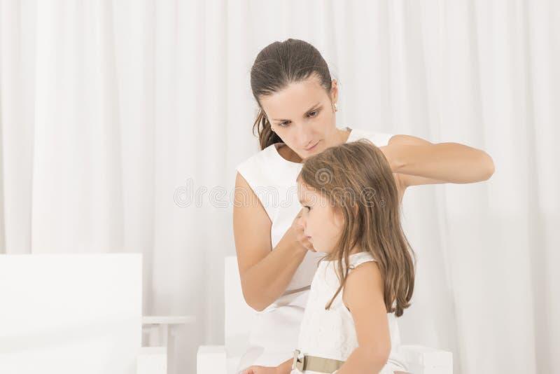 Πορτρέτο του εκφραστικού όμορφου μικρού κοριτσιού και της μητέρας της στοκ φωτογραφία με δικαίωμα ελεύθερης χρήσης
