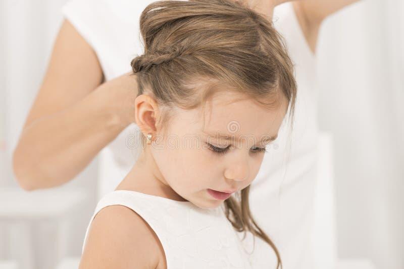Πορτρέτο του εκφραστικού όμορφου μικρού κοριτσιού και της μητέρας της στοκ εικόνες