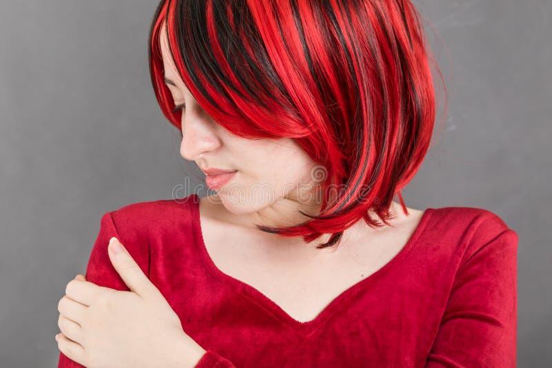 Πορτρέτο του ελκυστικού κοριτσιού με την κόκκινη τρίχα στοκ εικόνες