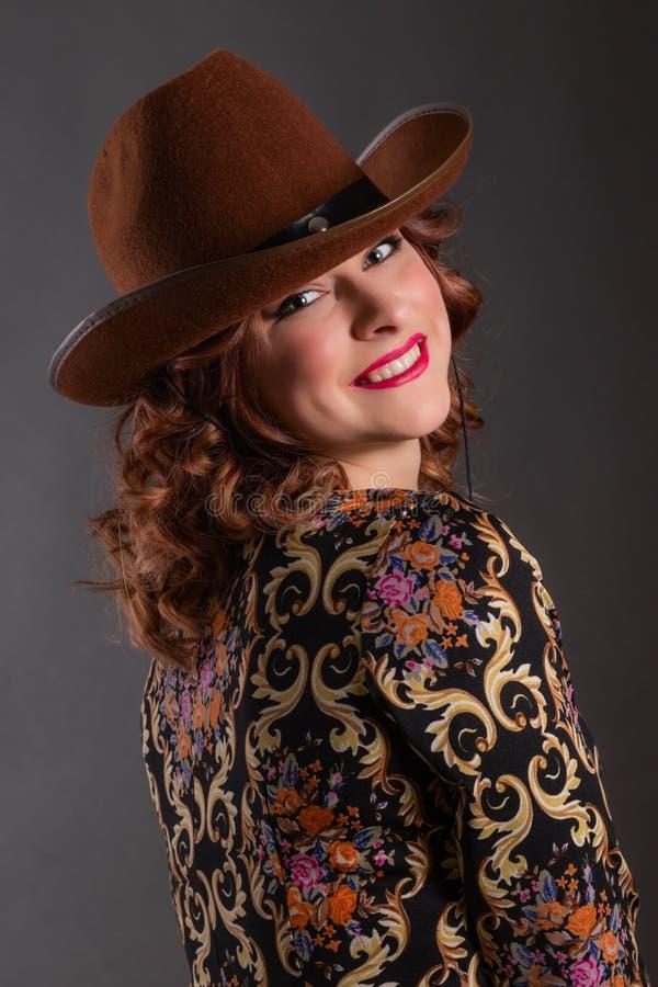 Πορτρέτο του ελκυστικού κοριτσιού με το αγγελικό χαμόγελο στο καπέλο κάουμποϋ στοκ εικόνες