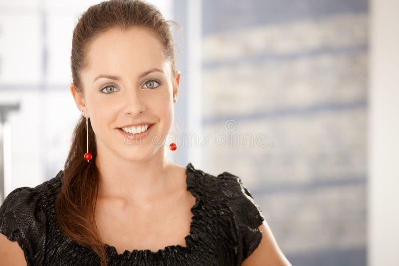 Πορτρέτο του ελκυστικού νέου χαμόγελου γυναικών στοκ φωτογραφίες με δικαίωμα ελεύθερης χρήσης