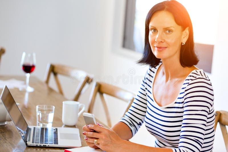 Πορτρέτο του ελκυστικού τηλεφώνου εκμετάλλευσης γυναικών στοκ εικόνες με δικαίωμα ελεύθερης χρήσης