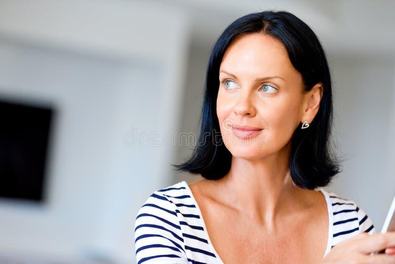 Πορτρέτο του ελκυστικού τηλεφώνου εκμετάλλευσης γυναικών στοκ εικόνα