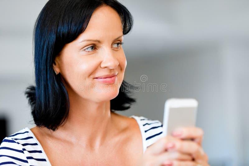 Πορτρέτο του ελκυστικού τηλεφώνου εκμετάλλευσης γυναικών στοκ φωτογραφίες με δικαίωμα ελεύθερης χρήσης