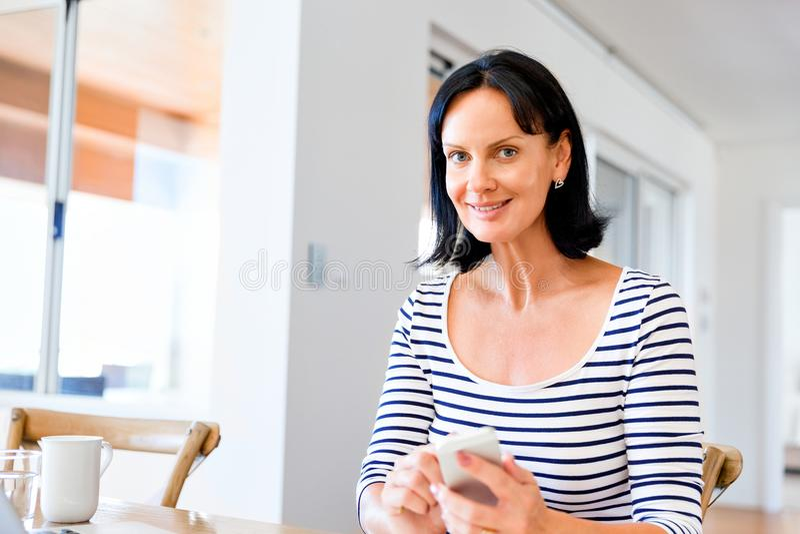 Πορτρέτο του ελκυστικού τηλεφώνου εκμετάλλευσης γυναικών στοκ φωτογραφία