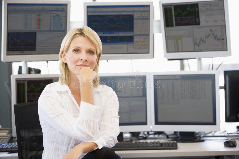 Πορτρέτο του εμπόρου αποθεμάτων μπροστά από τον υπολογιστή στοκ φωτογραφία με δικαίωμα ελεύθερης χρήσης