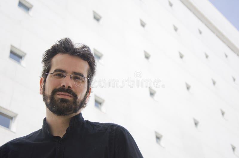 Πορτρέτο του ενήλικου ατόμου με τη γενειάδα και τα γυαλιά στοκ εικόνες