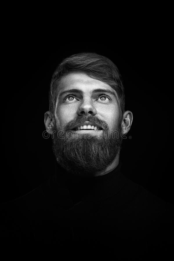 Πορτρέτο του ενιαίου γενειοφόρου όμορφου νέου καυκάσιου ατόμου με μεγάλο στοκ φωτογραφίες