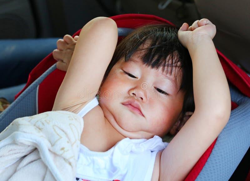 Πορτρέτο του ενός έτους βρέφους και του εξάμηνου παιδιού, χαριτωμένο ασιατικό πρόσωπο πορτρέτου ύπνου κοριτσάκι τεντώνοντας στοκ εικόνες