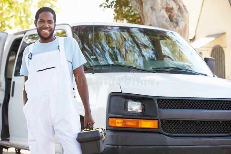 Πορτρέτο του επισκευαστή με το φορτηγό στοκ φωτογραφία με δικαίωμα ελεύθερης χρήσης