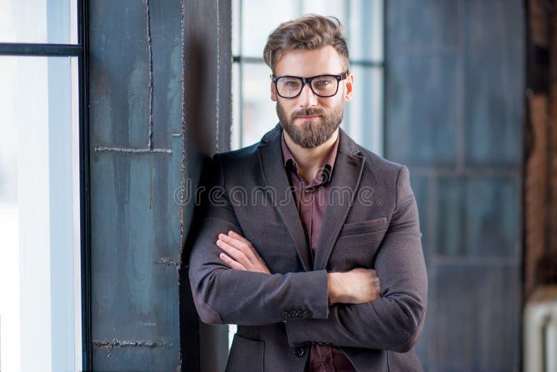 Πορτρέτο του επιχειρηματία κοντά στο παράθυρο στοκ εικόνα