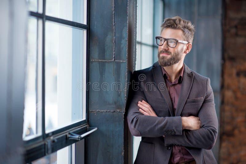 Πορτρέτο του επιχειρηματία κοντά στο παράθυρο στοκ εικόνες