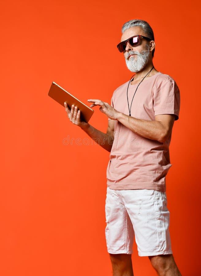 Πορτρέτο του επιχειρηματία που κρατά ένα PC ταμπλετών στοκ φωτογραφία