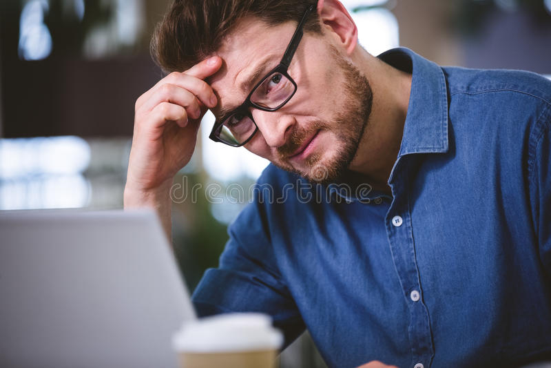 Πορτρέτο του επιχειρηματία που πάσχει από τον πονοκέφαλο στην αρχή στοκ φωτογραφίες με δικαίωμα ελεύθερης χρήσης