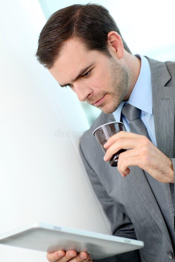 Πορτρέτο του επιχειρηματία που πίνει το take-$l*away καφέ στοκ εικόνες