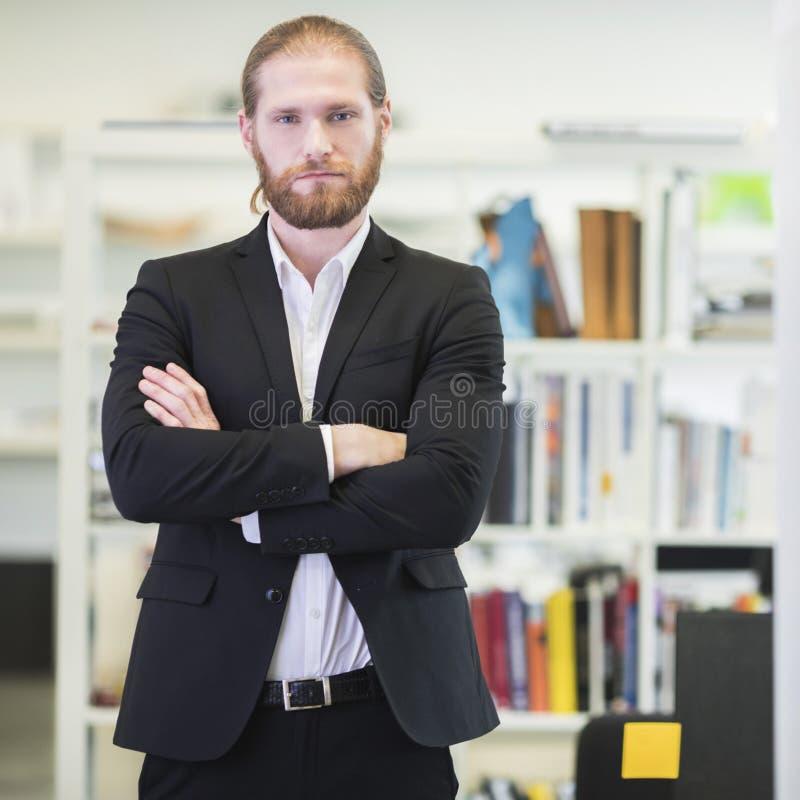 Πορτρέτο του επιχειρηματία στην αρχή στοκ φωτογραφία