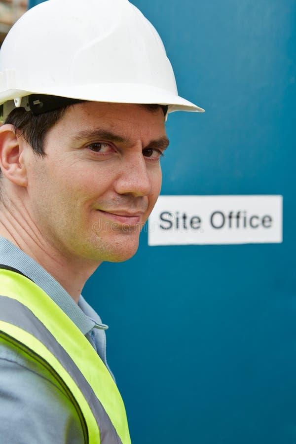 Πορτρέτο του εργάτη οικοδομών στο γραφείο περιοχών στοκ εικόνες
