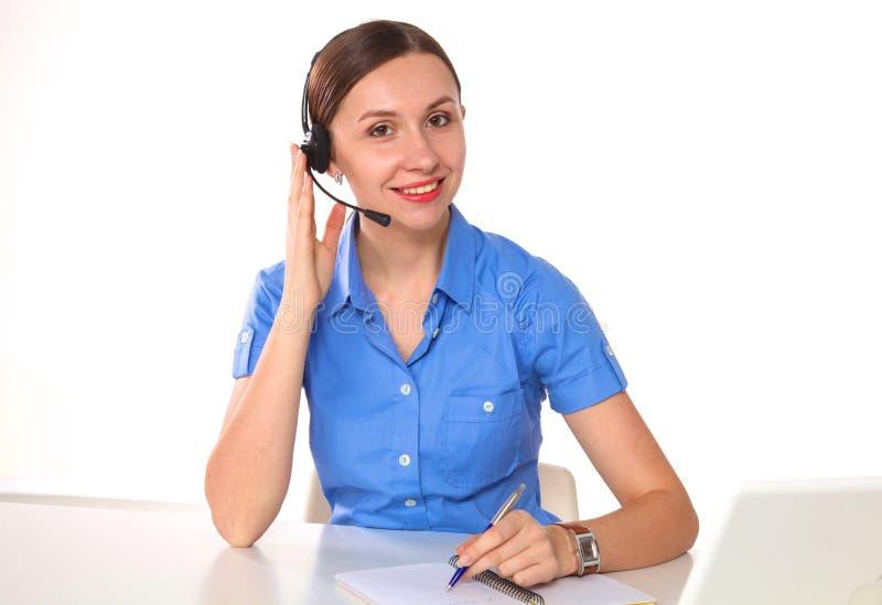 Πορτρέτο του εργαζομένου εξυπηρέτησης πελατών γυναικών, χαμογελώντας χειριστής τηλεφωνικών κέντρων με την τηλεφωνική κάσκα που απ στοκ φωτογραφία με δικαίωμα ελεύθερης χρήσης