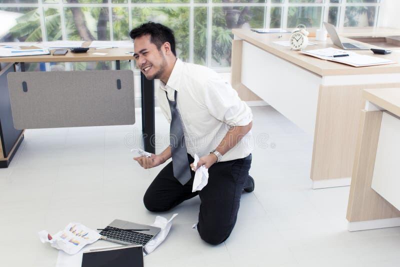 Πορτρέτο του εργαζόμενου ατόμου 20-30 έτη Επιχειρηματίας του Yong που τονίζεται στοκ φωτογραφίες με δικαίωμα ελεύθερης χρήσης