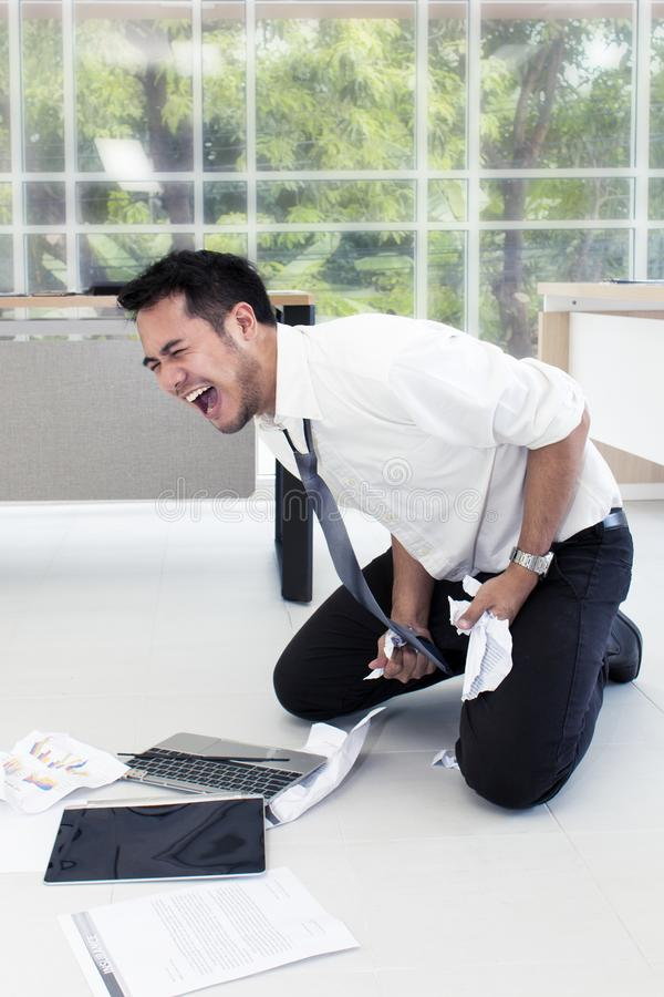 Πορτρέτο του εργαζόμενου ατόμου 20-30 έτη Επιχειρηματίας του Yong που τονίζεται στοκ εικόνα
