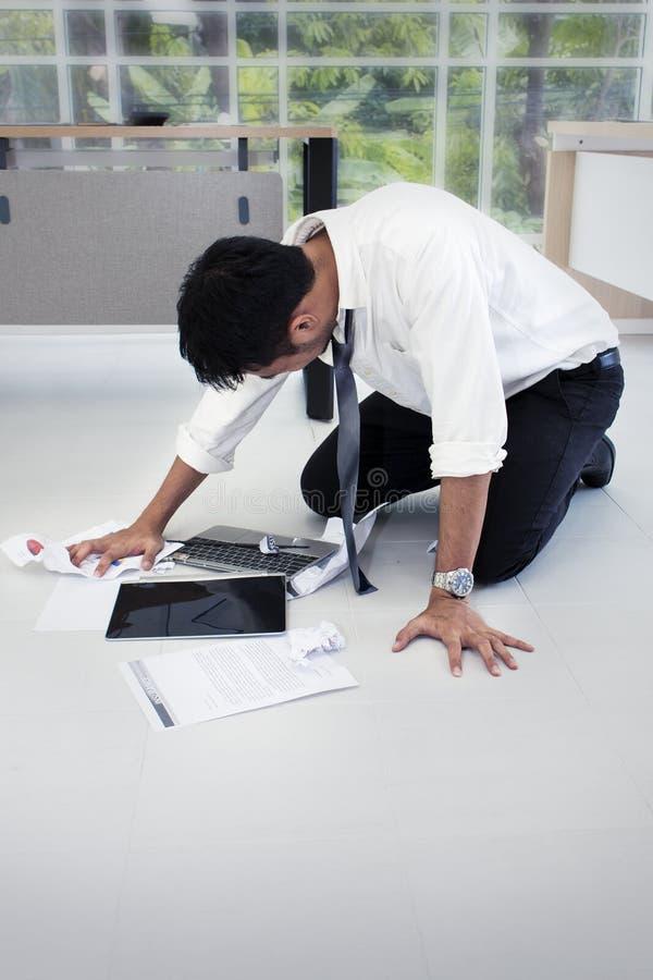 Πορτρέτο του εργαζόμενου ατόμου 20-30 έτη Επιχειρηματίας του Yong που τονίζεται στοκ φωτογραφία με δικαίωμα ελεύθερης χρήσης