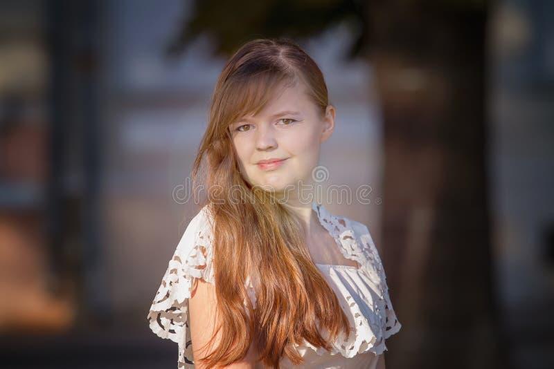 Πορτρέτο του ευρωπαϊκού κοριτσιού σε ένα άσπρο φόρεμα στοκ εικόνες