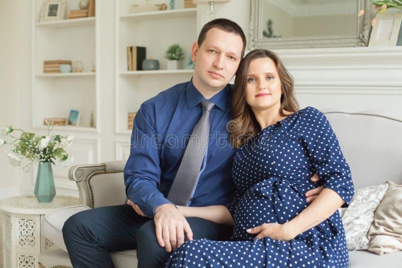 Πορτρέτο του ευτυχούς έγκυου ζεύγους στο σπίτι στοκ φωτογραφίες με δικαίωμα ελεύθερης χρήσης