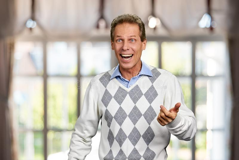 Πορτρέτο του ευτυχούς έκπληκτου ατόμου στοκ φωτογραφία με δικαίωμα ελεύθερης χρήσης