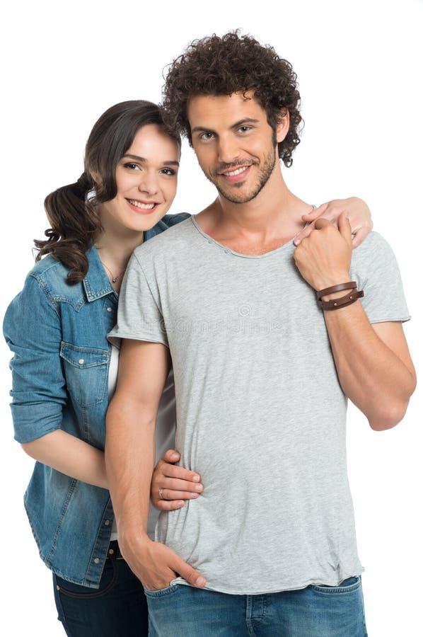 Πορτρέτο του ευτυχούς αγκαλιάσματος ζευγών στοκ εικόνες
