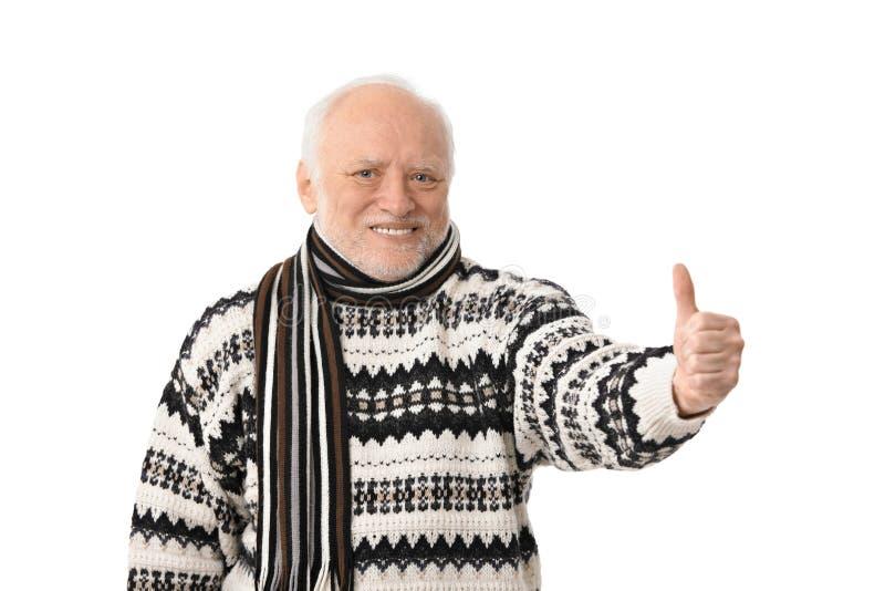 Πορτρέτο του ευτυχούς ανώτερου ατόμου με τον αντίχειρα επάνω στοκ εικόνες